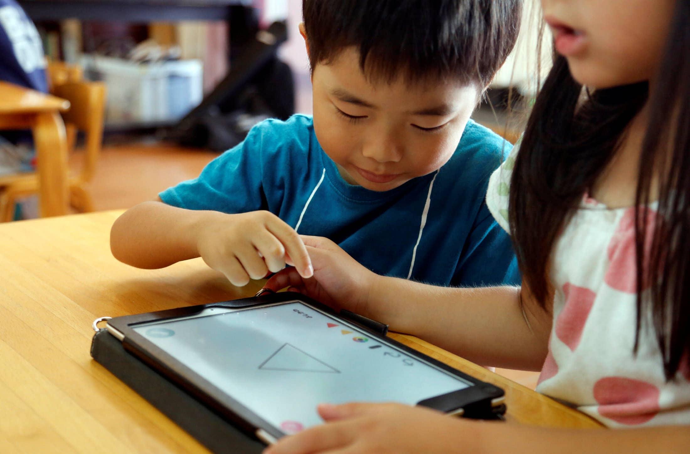 Máy tính bảng thường phù hợp với độ tuổi học online từ 7 - 10 tuổi. Ảnh: AP