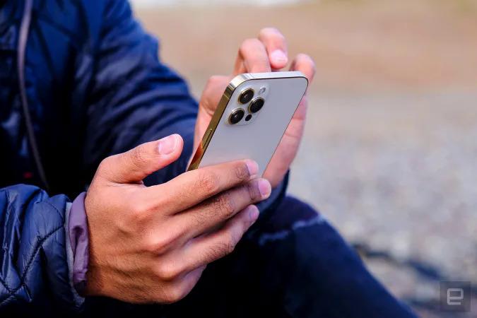 Apple có thể giới hạn gọi điện qua vệ tinh trên iPhone nếu ra mắt tính năng này. Ảnh: Engadget