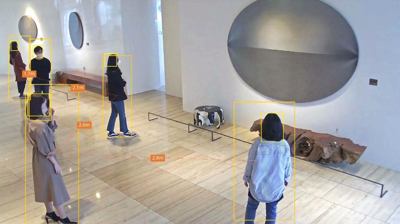 Camera AI Wisenet P-series cho biết khoảng cách của những người trong không gian.