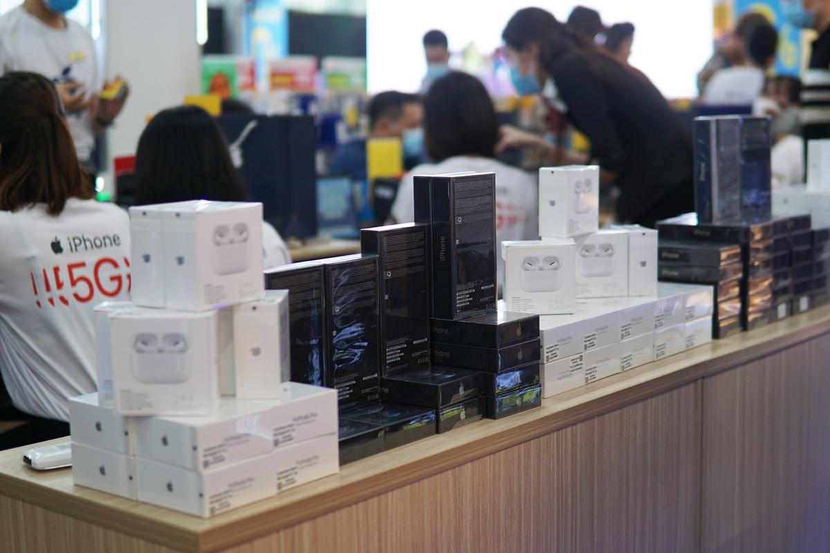 iPhone 12 các loại chuẩn bị được giao đến người dùng trong ngày mở bán tháng 11/2020. Ảnh: Lưu Quý