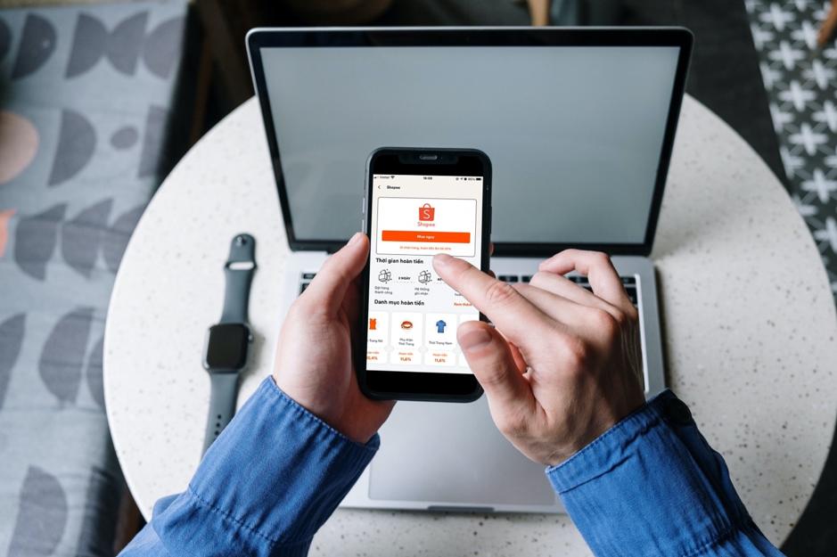 Sử dụng ứng dụng hoàn tiền 100Man Cashback để mua sắm trên sàn thương mại điện tử. Ảnh: 100Man Cashback