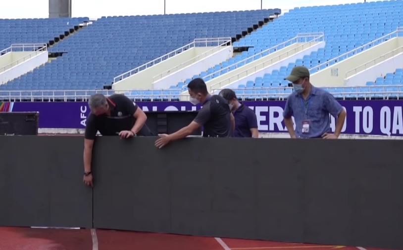Đơn vị vận hành VGM giám sát việc lắp bảng quảng cáo LED trên sân Mỹ Đình trước trận Việt Nam - Australia. Ảnh: FPT Play