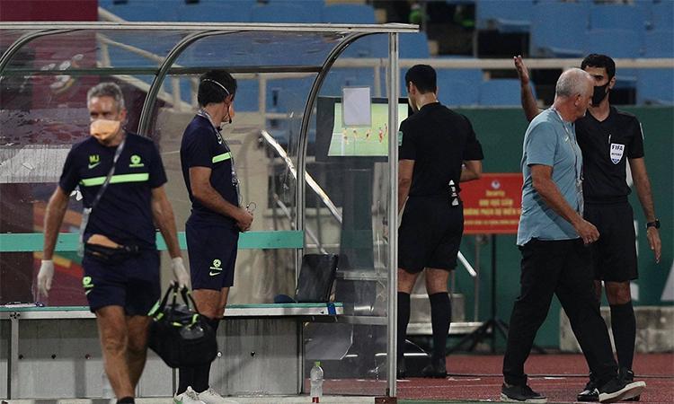 Trọng tài Jassim kiểm tra tình huống phút 29 trên màn hình VAR ngoài đường pitch. Ảnh: Lâm Thỏa