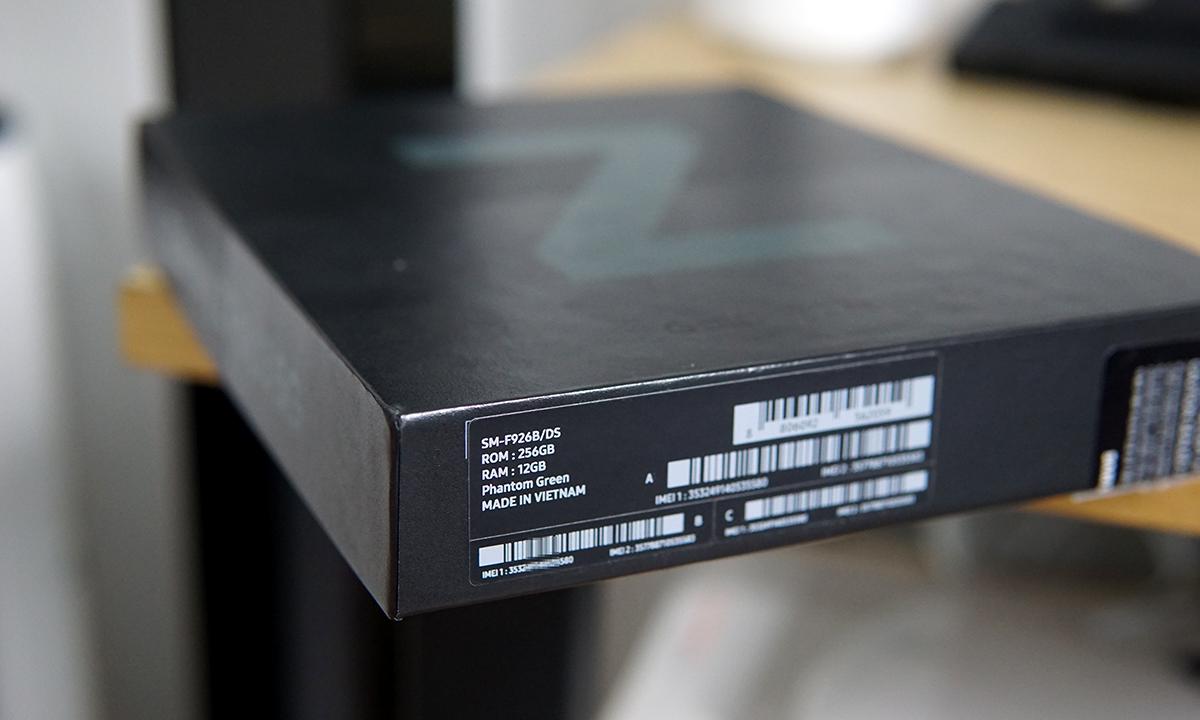 Hộp của Galaxy Z Fold3 cho thấy sản phẩm được sản xuất ở Việt Nam. Ảnh: Lưu Quý