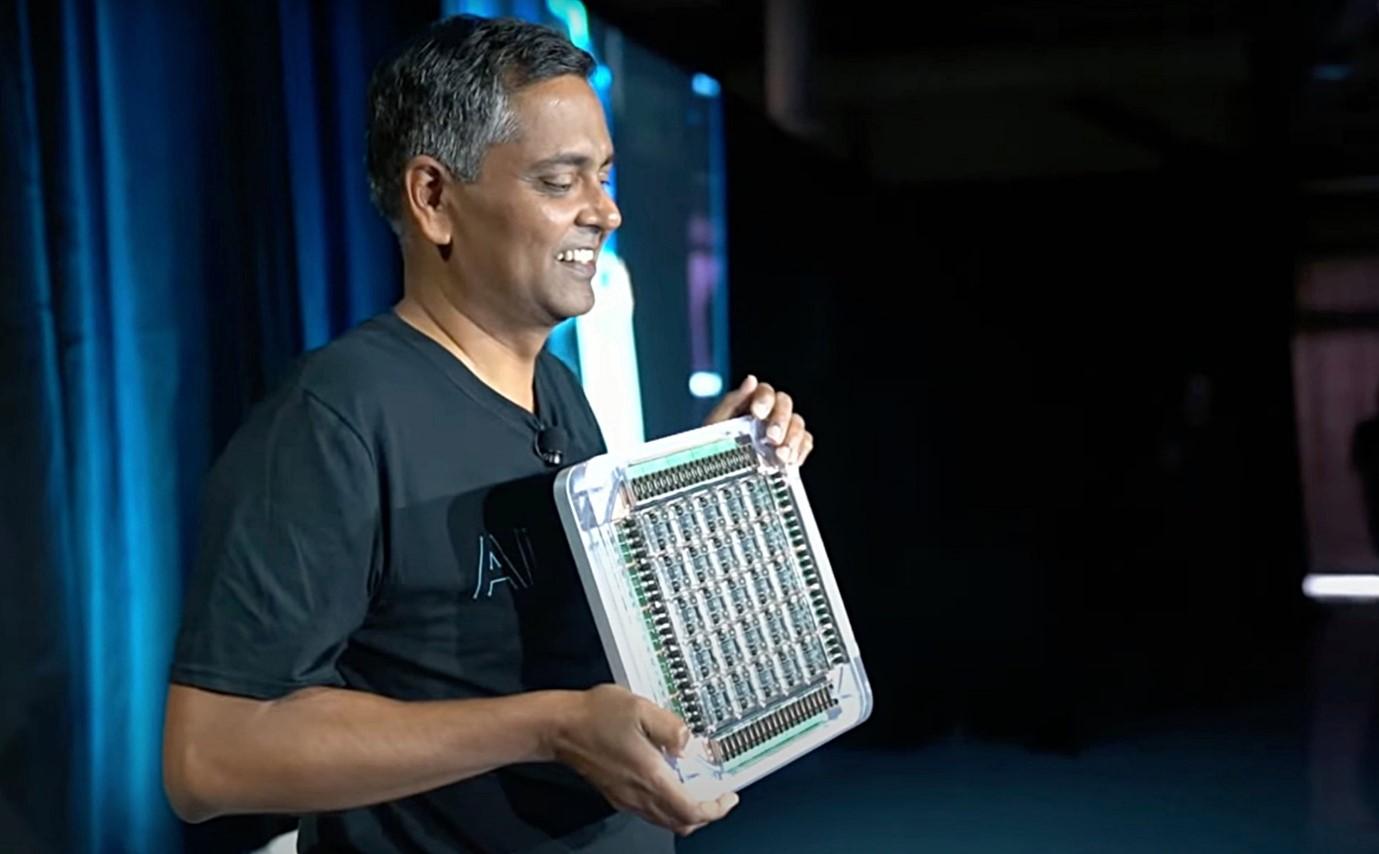 Tấm 25 chip D1 trên tay Ganesh Venkataramanan, Giám đốc phần cứng Autopilot của Tesla. Ảnh: Tesla