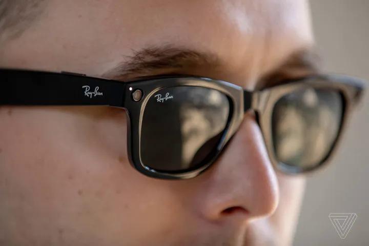 Ray-Ban Stories có thiết kế thời trang và ngoại hình không khác nhiều so với các mẫu kính mát thông thường. Ảnh: The Verge