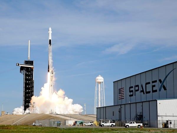 Tên lửa SpaceX Falcon 9 cất cánh trong sứ mệnh tiếp tế cho Trạm Vũ trụ Quốc tế. Ảnh: AP.