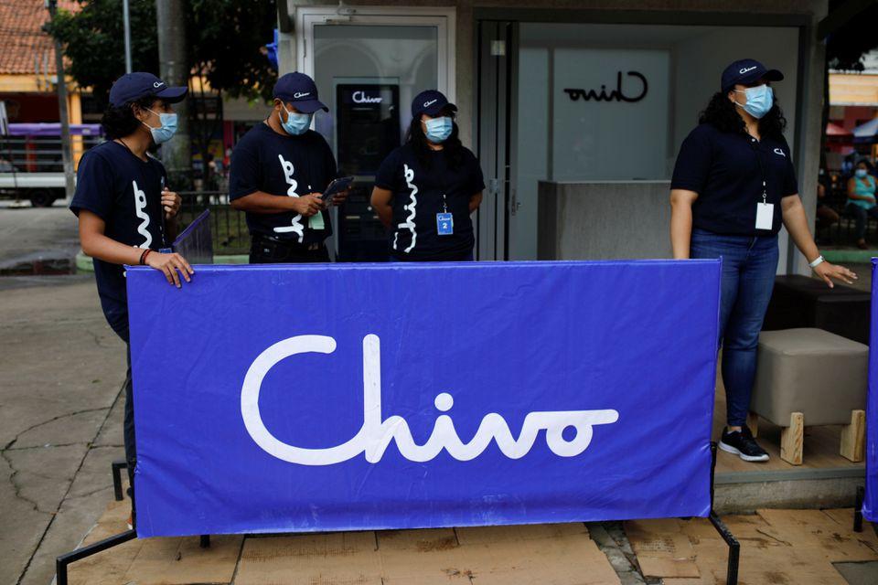 Nhân viên chính phủ quảng bá ví Chivo bên ngoài một máy ATM Bitcoin ở thành phố San Salvador hôm 7/9. Ảnh: Reuters