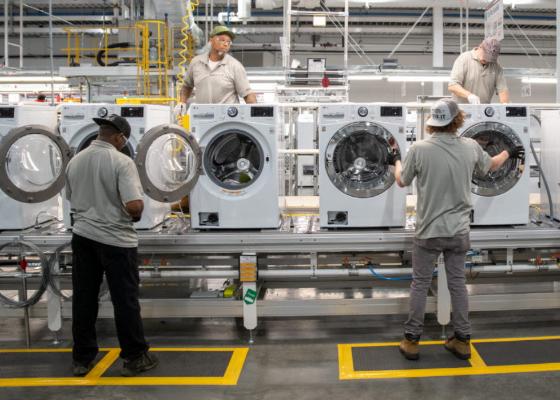 Bên trong một nhà máy sản xuất máy giặt, máy sấy của LG. Ảnh: Pulsenews