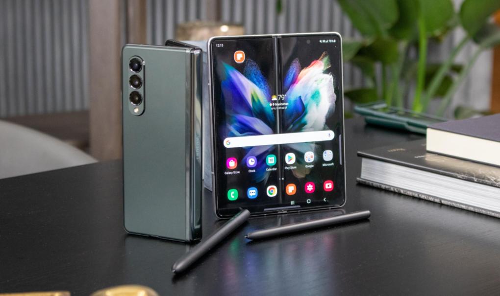 Galaxy Z Fold3 5G có ngoại hình liền mạch, camera ẩn dưới màn hình, hỗ trợ bút S Pen.