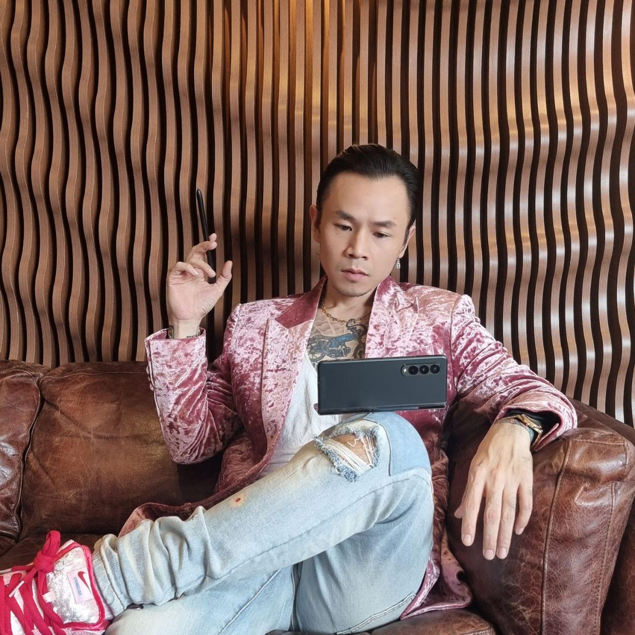 Rapper BinZ lựa chọn Z Fold3 trên hành trình tìm kiếm chất liệu cho sáng tác âm nhạc.