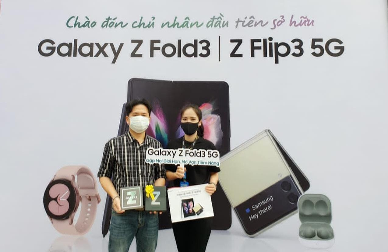 Khách hàng nhận sản phẩm Galaxy Z đầu tiên vào sáng ngày 17/9.