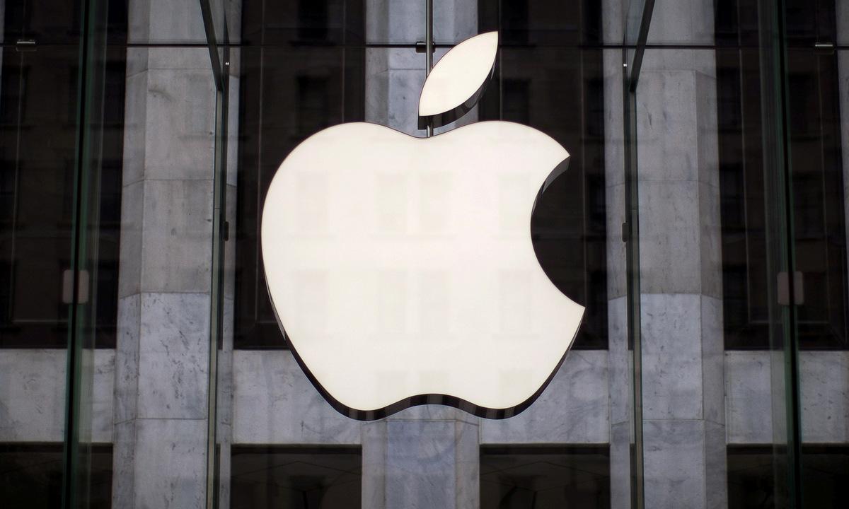 Logo Apple tại một cửa hàng của hãng ở New York. Ảnh: Reuters.