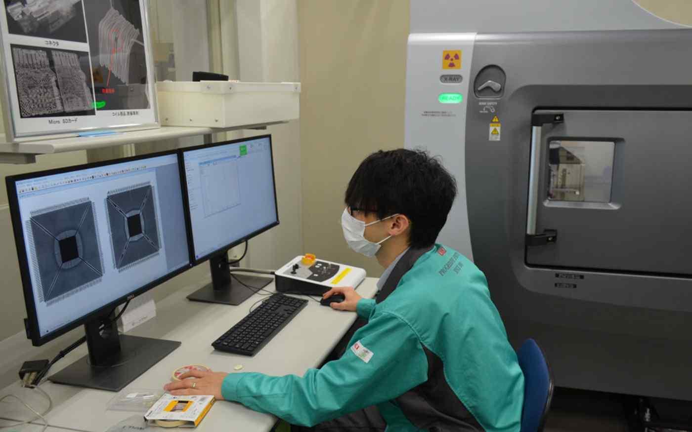Một kỹ sư tại Oki Engineering đang kiểm tra chất lượng chip bán dẫn. Ảnh: Nikkei Asia
