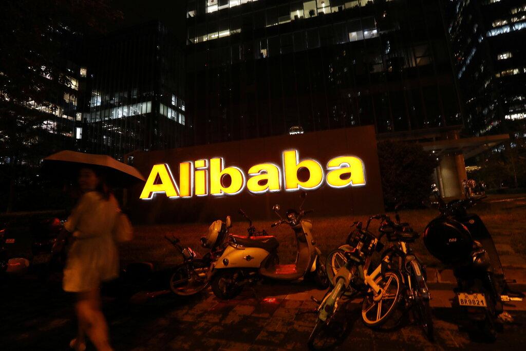 Bên ngoài văn phòng đại diện Alibaba tại Bắc Kinh. Công ty có trụ sở tại Hàng Châu, hiện nằm trong số những cái tên bị Trung Quốc hạn chế. Ảnh: Reuters