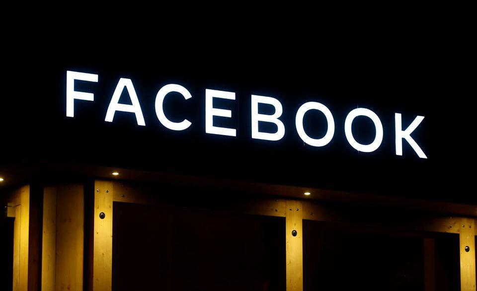 Logo của Facebook bên ngoài một tòa nhà ở Davos (Thụy Sĩ) tháng 1/2020. Ảnh: Reuters