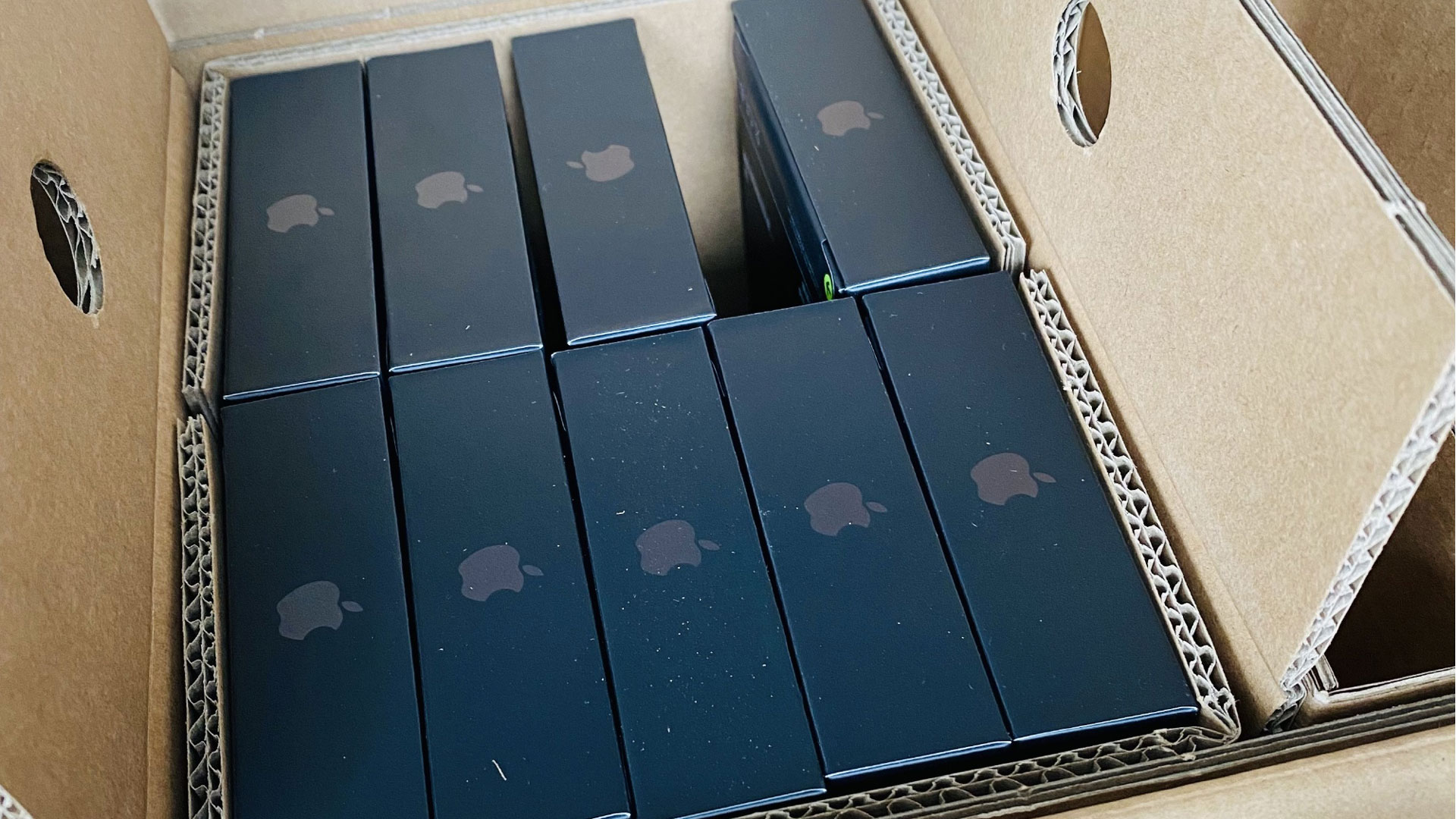 Hộp được cho là của loạt iPhone 13 mới. Ảnh: Weibo