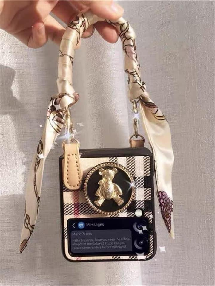 Với sự hỗ trợ của ốp lưng, Flip3 có thể trở thành một chiếc túi xách, phụ kiện thời trang phối cùng trang phục, khoe cá tính riêng mình.