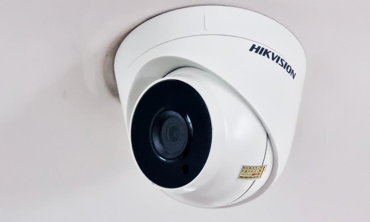Một camera của hãng Hikvision được lắp đặt tại một văn phòng công ty ở Hà Nội. Ảnh: Lưu Quý