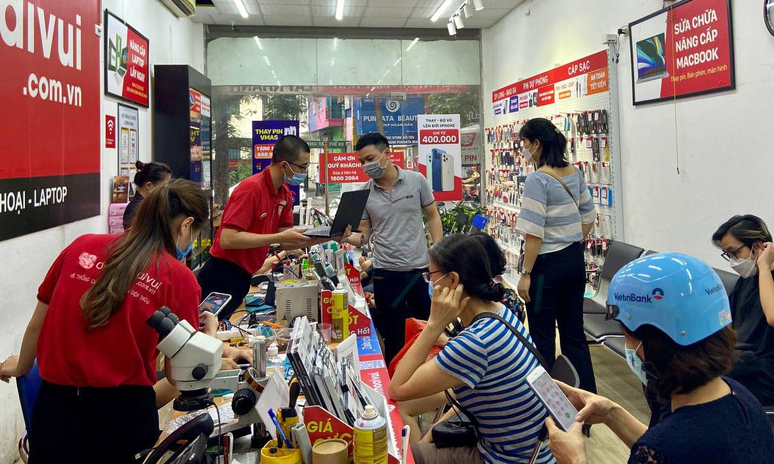 Người dùng đi sửa máy tính sau ngày giãn cách xã hội tại Hà Nội, hôm 22/9. Ảnh: Huy Nguyễn