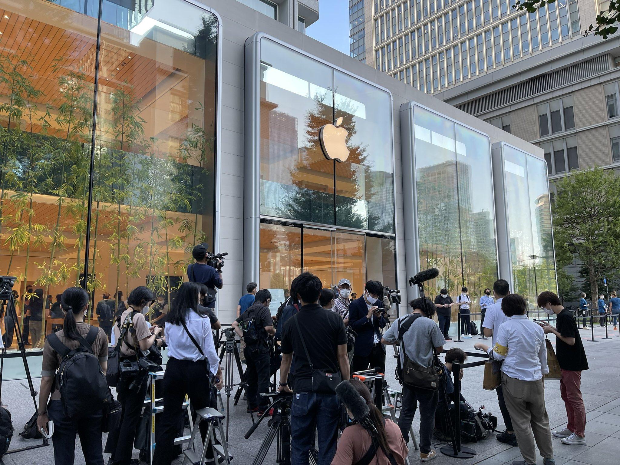 Cảnh xếp hàng mua iPhone 13 tại Apple Store ở Marunouchi. Ảnh: Gadgettouch