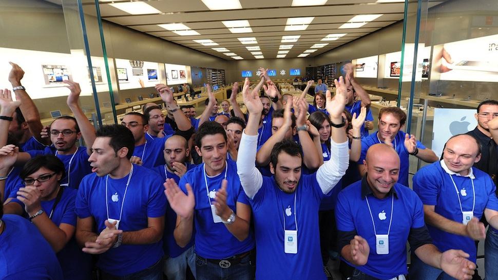 Nhân viên Apple Store tại Mỹ đón khách khi mở bán iPhone 6 năm 2014. Ảnh: New Mobile Life