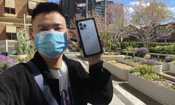 Việt Anh là một trong những người đầu tiên sở hữu iPhone 13 Pro Max tại Australia.