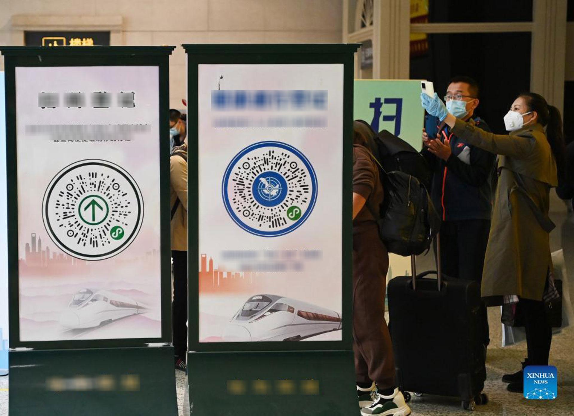 Hành khách quét mã QR trước khi vào ga xe lửa Cáp Nhĩ Tân, tỉnh Hắc Long Giang phía đông bắc Trung Quốc, ngày 23/9/2021. Ảnh: Xinhua