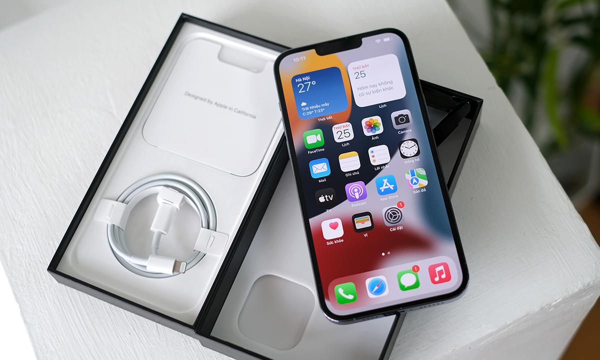 iPhone 13 Pro Max có giá hơn 50 triệu đồng trong hai ngày đầu về Việt Nam. Ảnh: Tuấn Hưng