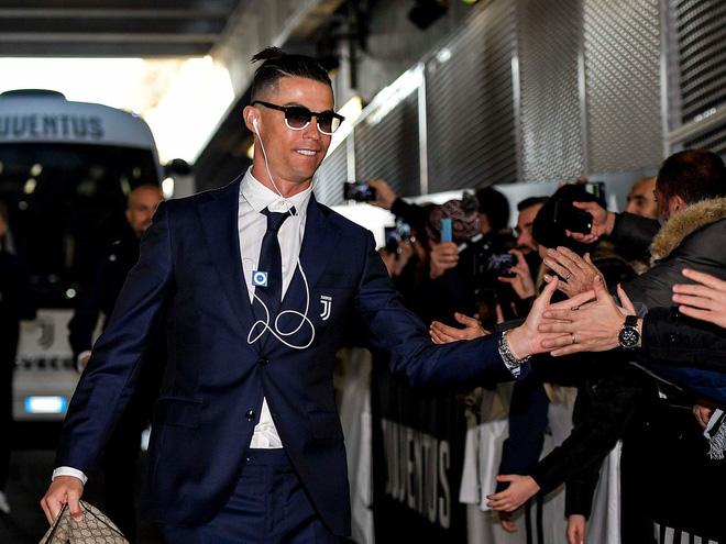 Ronaldo nghe nhạc bằng chiếc iPod Shuffle màu xanh. Ảnh: Jack Collins