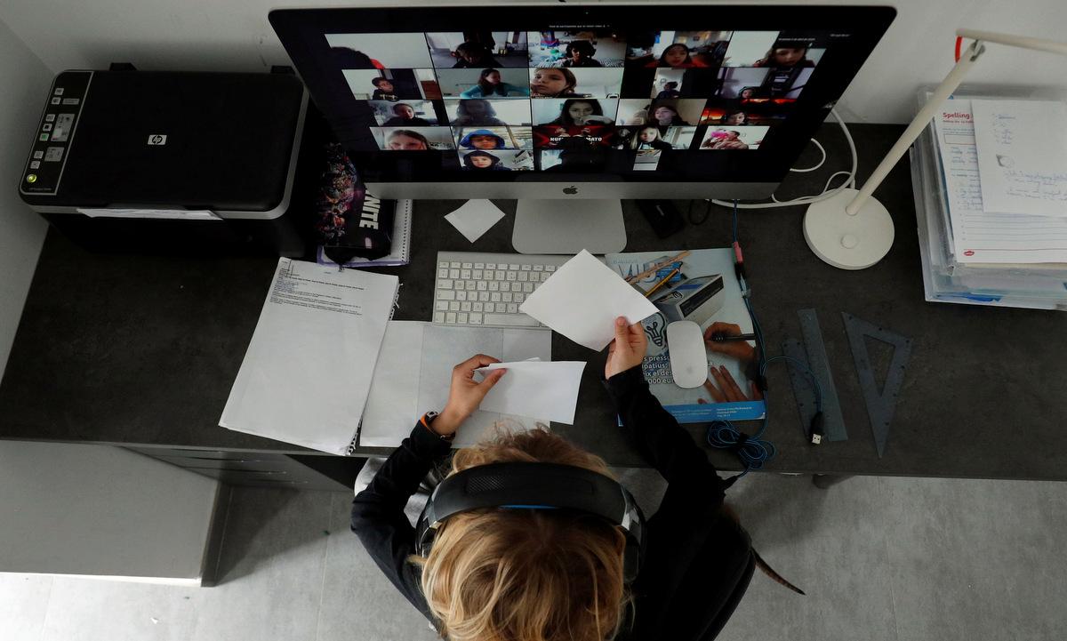 Một giáo viên dạy học trực tuyến qua Zoom. Ảnh: Reuters.
