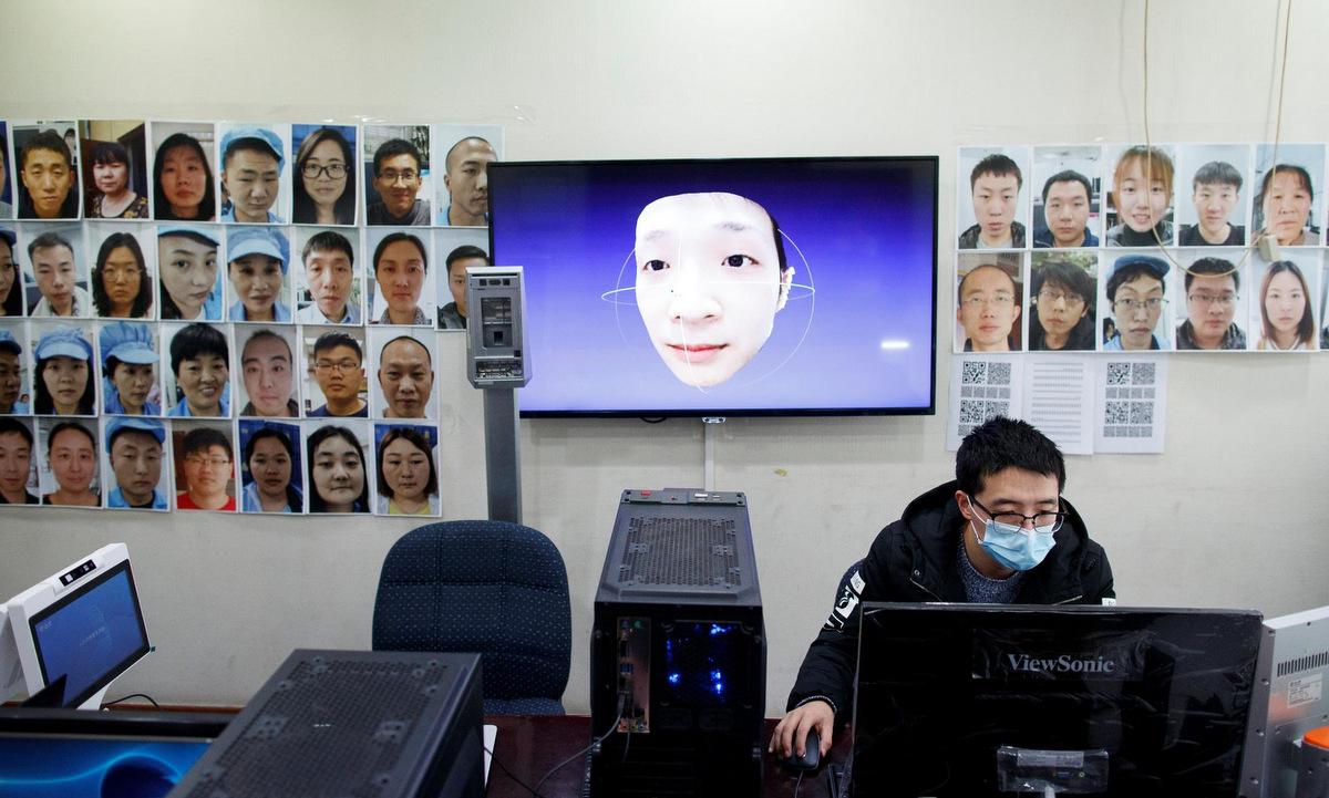 Kỹ sư phát triển phần mềm nhận diện người đeo khẩu trang tại Trung Quốc hồi tháng 3/2020. Ảnh: Reuters.