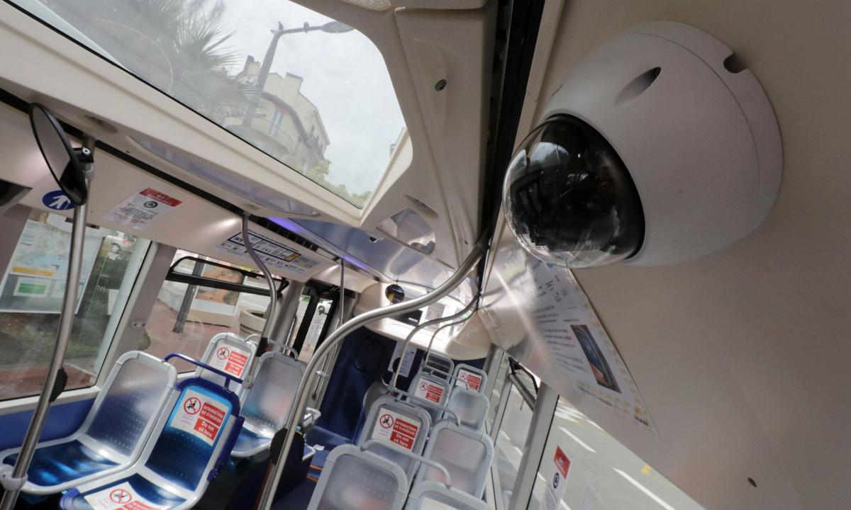 Camera nhận diện khuôn mặt trên xe buýt tại Pháp hồi tháng 4/2020. Ảnh: Reuters.