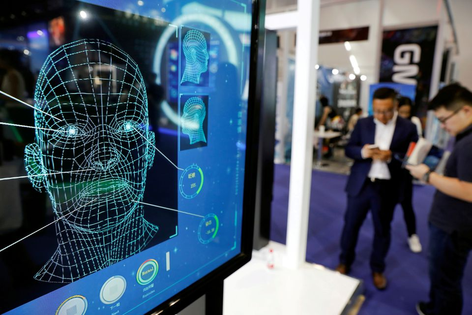 Màn hình quảng cáo công nghệ nhận diện khuôn mặt tại một hội chợ ở Trung Quốc năm 2018. Ảnh: Reuters.