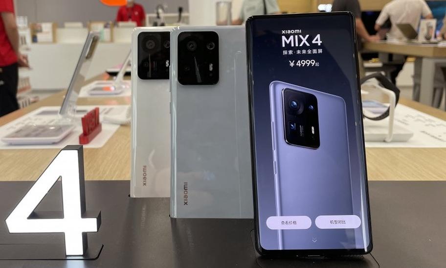 Điện thoại Xiaomi được trưng bày tại cửa hàng ở Bắc Kinh hồi tháng 9. Ảnh: SCMP.
