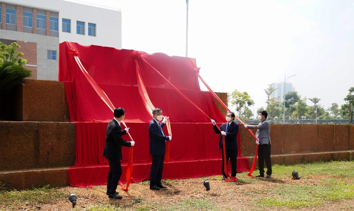 Bộ trưởng Huỳnh Thành Đạt, Thứ trưởng Bùi Thế Duy, Viện trưởng VKIST Kum Dongwha và Trưởng ban Quản lý Khu CNC Hòa Lạc Lưu Hoàng Long kéo băng gắn biển tên Viện VKIST.