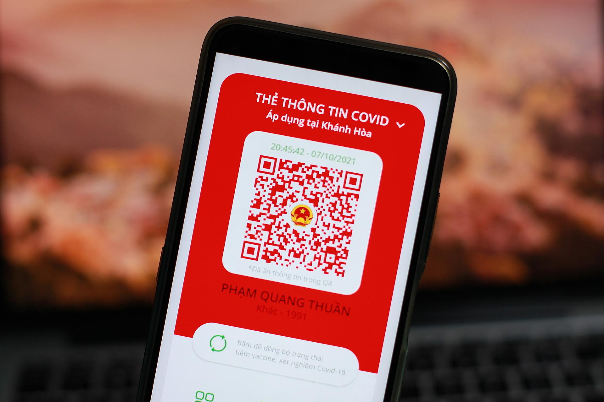 Thẻ thông tin Covid đổi màu xanh, vàng, đỏ khi người dùng chọn địa điểm áp dụng ở Khánh Hoà. Ảnh: Khương Nha
