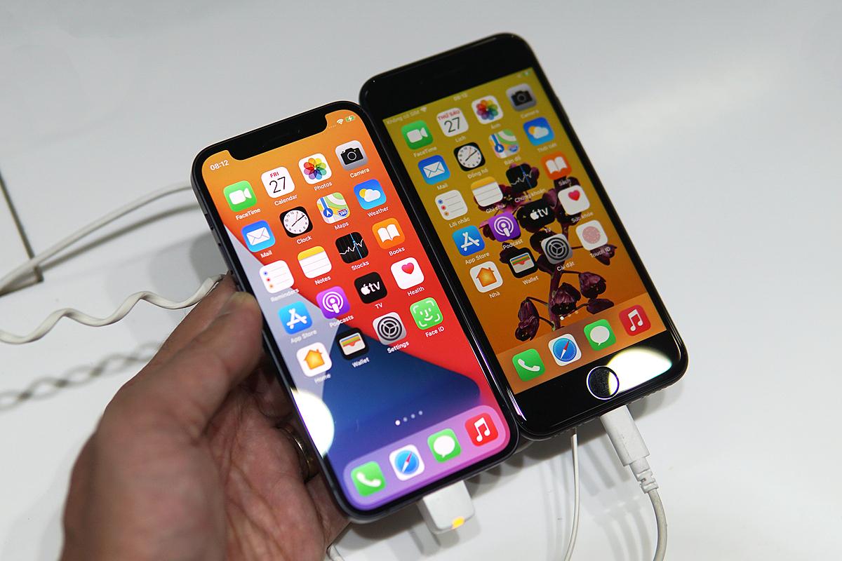 iPhone 12 mini (trái) có kích thước ngang iPhone SE từng là sản phẩm ít được chuộng tại Việt Nam. Ảnh: Lưu Quý