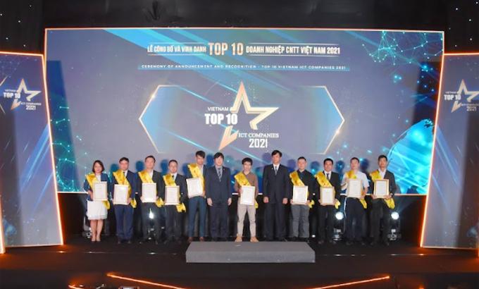 Đại diện các doanh nghiệp nhận giải Top 10 Doanh nghiệp CNTT.