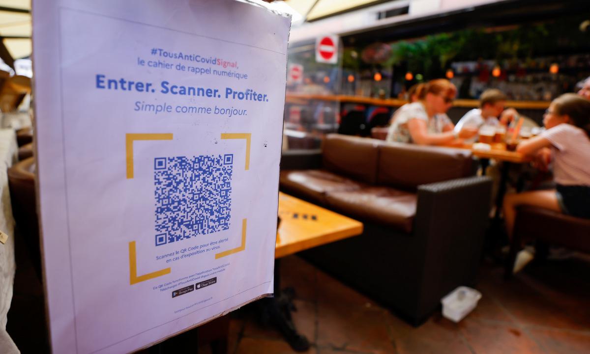 Mã QR tại một nhà hàng ở Nice, Pháp, hồi tháng 8. Ảnh: Reuters.