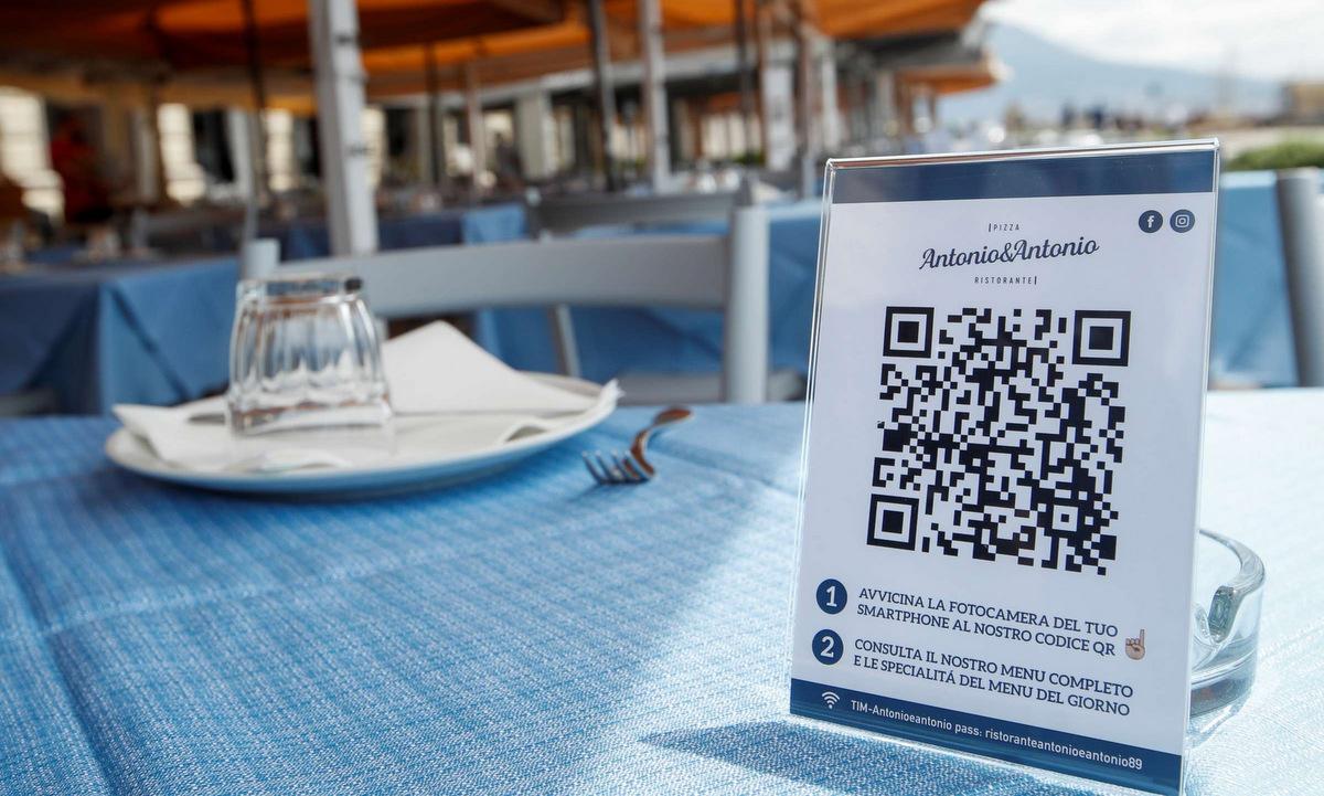Mã QR trên bàn tại một nhà hàng ở Naples, Italy, hồi tháng 5. Ảnh: Reuters.