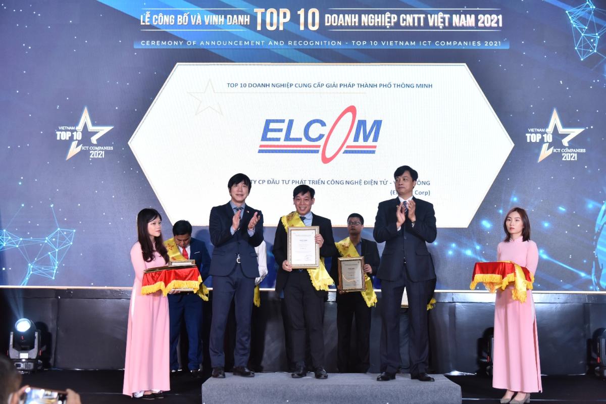 Đại diện Elcom nhận giải Top 10 doanh nghiệp cung cấp giải pháp thành phố thông minh