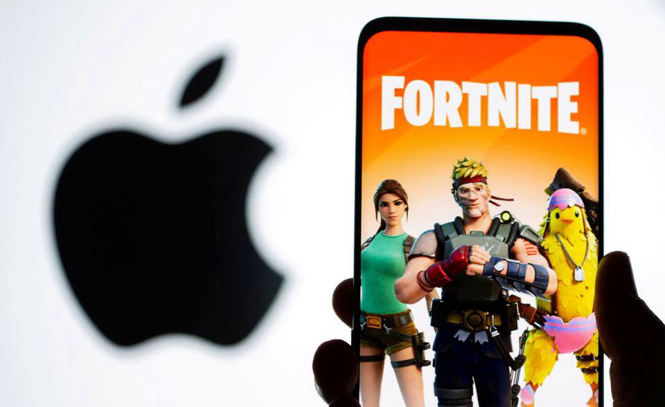 Đồ hoạ game Fortnite trước logo Apple. Ảnhl: Reuters