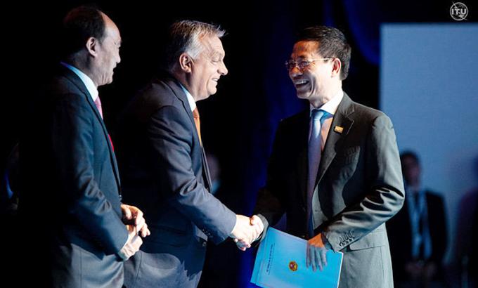 Bộ trưởng Thông tin và Truyền thông Nguyễn Mạnh Hùng (phải) tại ITU Digital World 2020. Ảnh: ITU