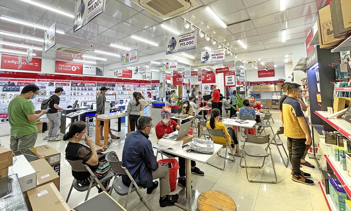 Một cửa hàng điện thoại, máy tính nhộn nhịp trong ngày mở cửa trở lại tại TP HCM. Ảnh: Huy Nguyễn