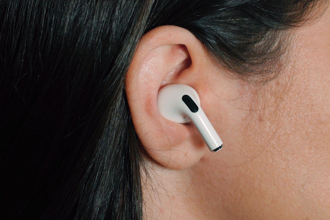AirPods của Apple đang thống trị thị trường tai nghe Bluetooth toàn cầu, tạo ra doanh thu khoảng 12,8 tỷ USD vào năm 2020. Ảnh: WJS