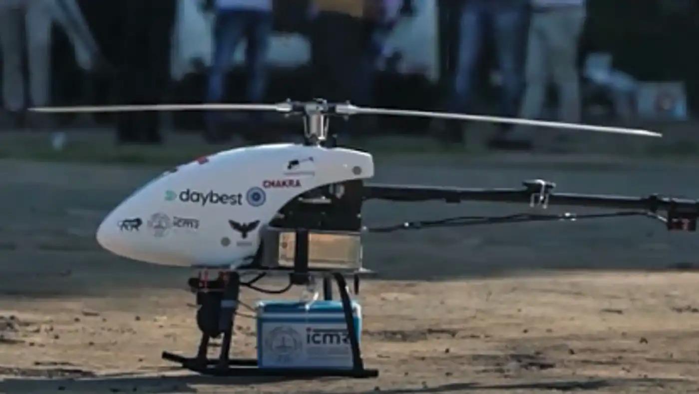 Một chiếc máy bay không người lái mang theo vaccine Covid-19 của Ấn Độ. Ảnh: Nikkei