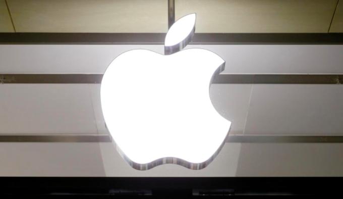 Logo Apple bên ngoài một cửa hàng của mình. Ảnh: Reuters