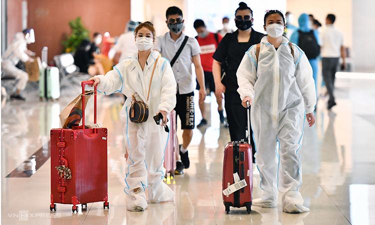 Hành khách tại sân bay Nội Bài chiều 12/10. Ảnh: Phương Linh