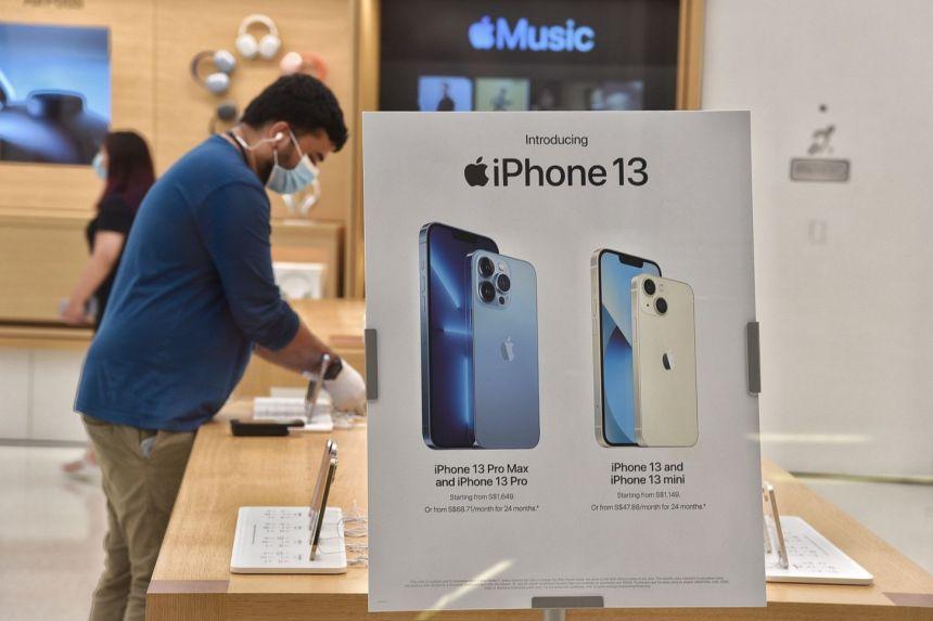 Ảnh quảng cáo iPhone 13 bên trong Apple Store ở Singapore. Ảnh: Straits Times